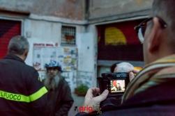 Durante l'intervento i vigili interagiscono con i cittadini